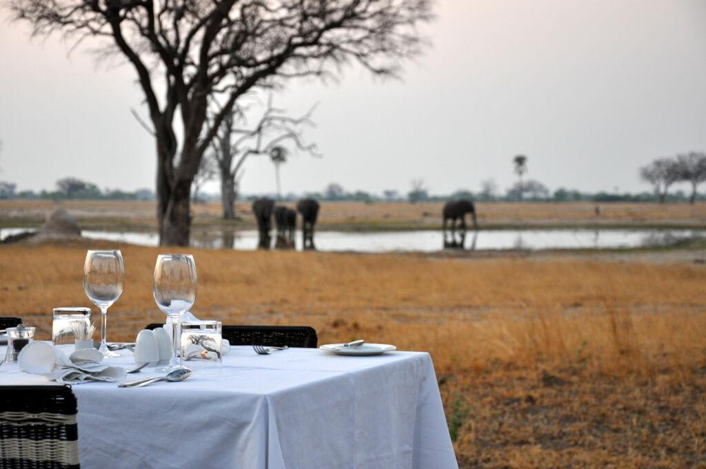 Simbabwe und Victoria Falls mit Wilderness Safaris sonne simbabwe safari land und leute afrika  tui berlin Ruckomechi Camp Wasserloch