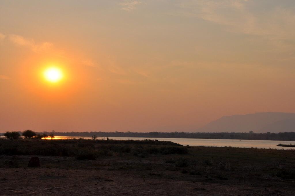 Simbabwe und Victoria Falls mit Wilderness Safaris sonne simbabwe safari land und leute afrika  tui berlin Sambesi Sonnenuntergang