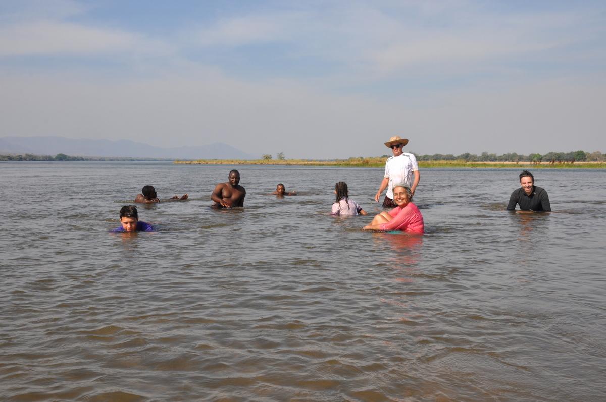 Zwischen Sambia und Simbabwe   mit dem Kanu unterwegs auf dem Sambesi sonne simbabwe safari reisebericht afrika  TUI Berlin Reisebüro Paddeltour Sambesi Baden im Sambesi Fluss