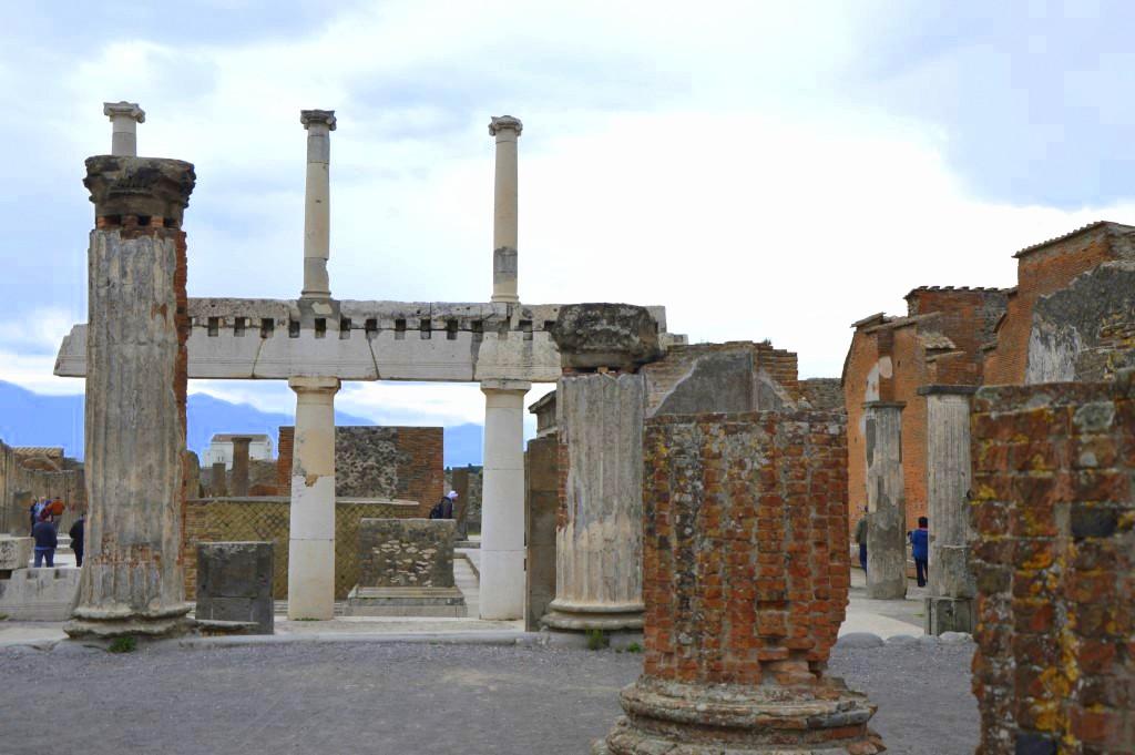 Neapel und Apulien   eine lohnenswerte Kombination staedtereisen sonne reisebericht new italien  tui berlin italien pompeji saeulen 1