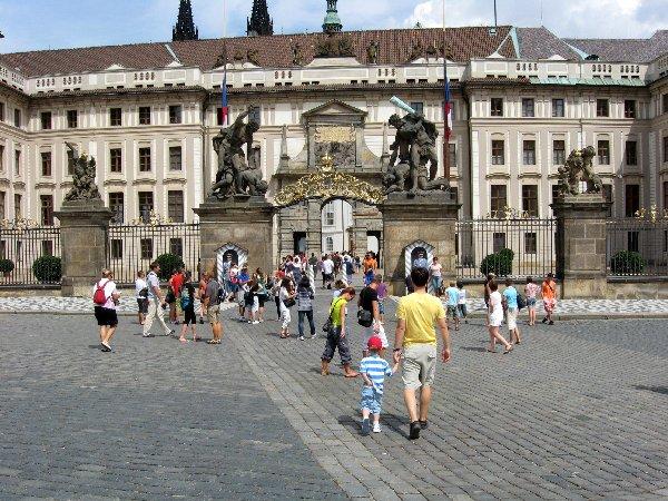 Prag. Die Goldene Stadt neu entdecken. tschechien staedtereisen europa  eingang prager burg