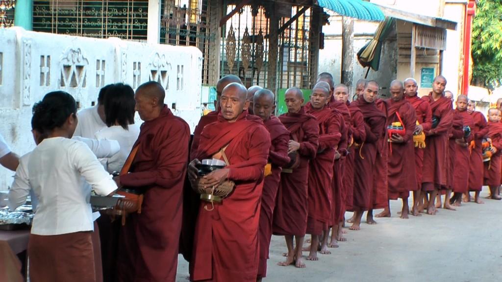 Legendäre Reisen. Road To Mandalay, Myanmar. staedtereisen sonne myanmar asien  fruhstuck der monche 1024x576