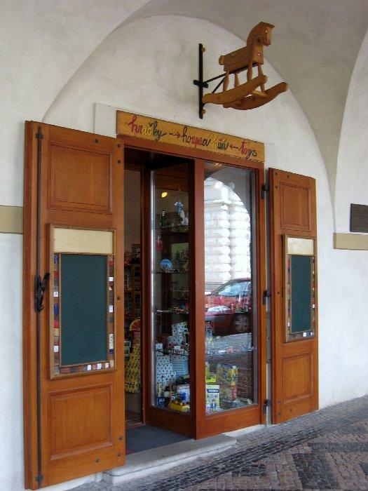 Spielzeugladen loretanska world of tui for Indischer laden berlin