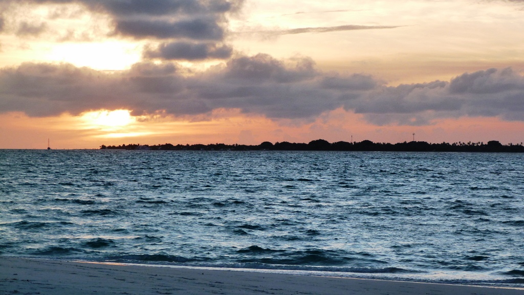 Kurztrip auf die Malediven. Mit Qatar Airways nach Kanuhura strand sonne malediven indischer ozean orient familie  P1030570