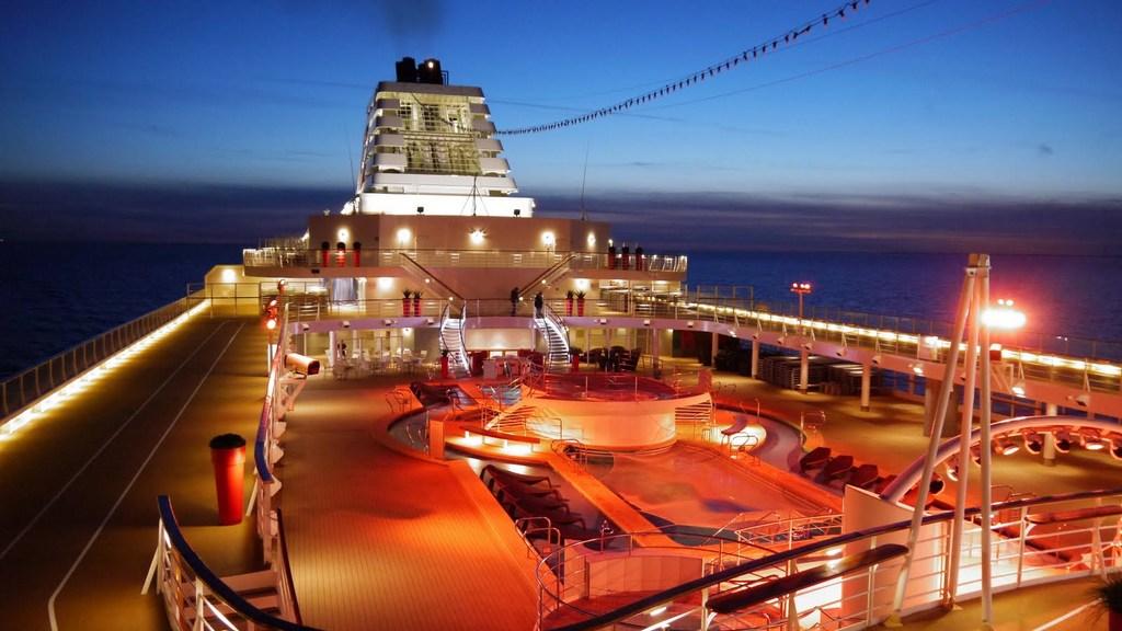Ostsee & Baltikum mit der Mein Schiff 2. Ein perfekter Familienurlaub mit Baby staedtereisen kreuzfahrt europa  Abendstimmung an Deck