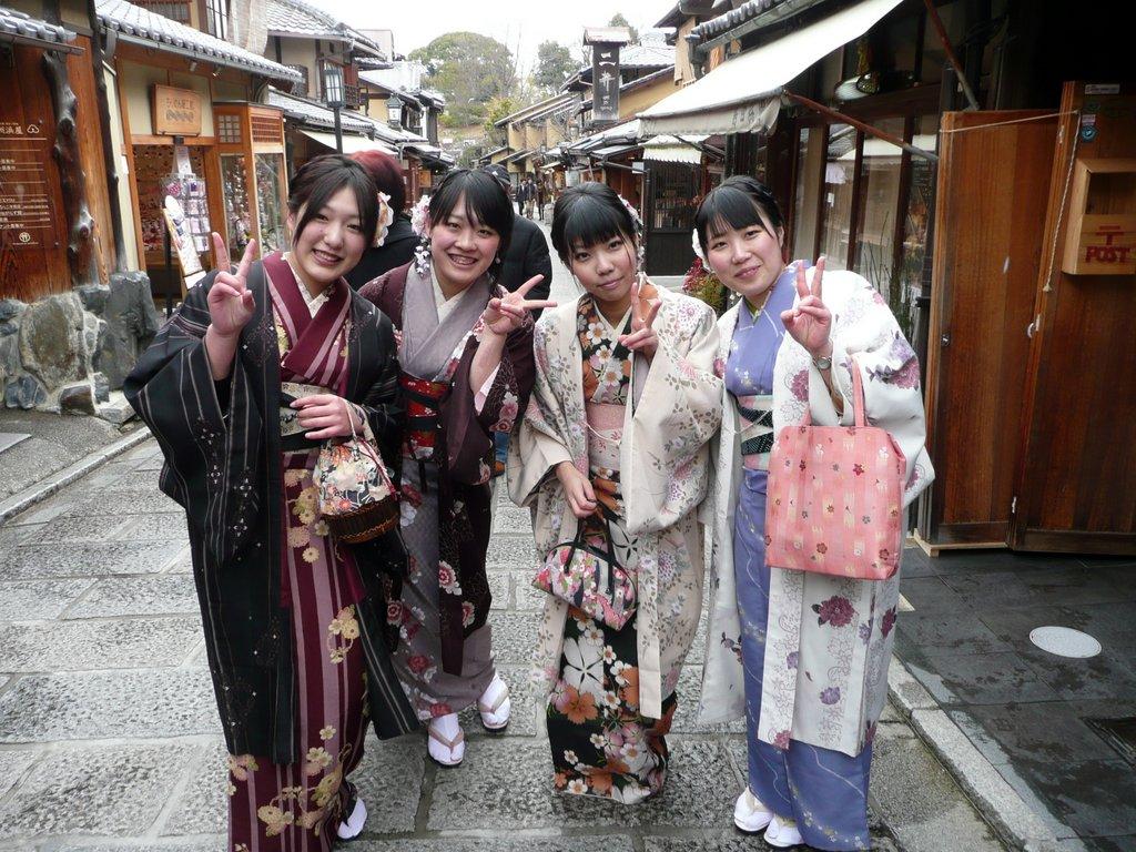 Japan. Das Land der aufgehenden Sonne. staedtereisen land und leute asien  tui berlin japan kyoto kimono passanten