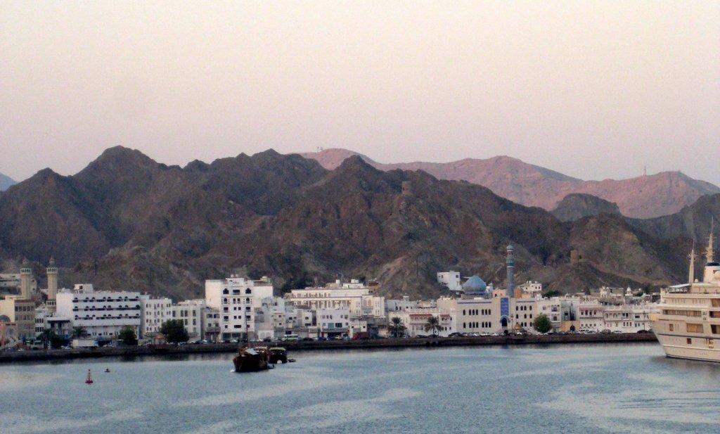 Mein Schiff 2. Reise ins Morgenland   Dubai und Orient. staedtereisen land und leute orient oman kreuzfahrt dubai abu dhabi  tui berlin kreuzfahrt dubai orient mein schiff2 muscat einfahrt