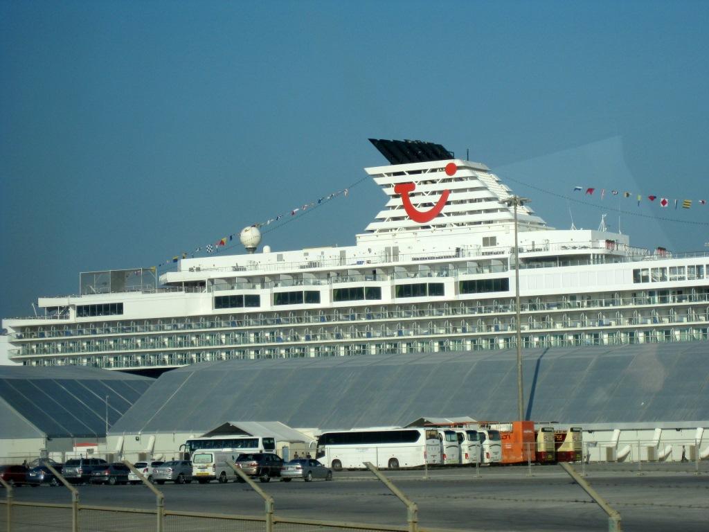Mein Schiff 2. Reise ins Morgenland   Dubai und Orient. staedtereisen land und leute orient oman kreuzfahrt dubai abu dhabi  tui berlin kreuzfahrt dubai orient mein schiff2