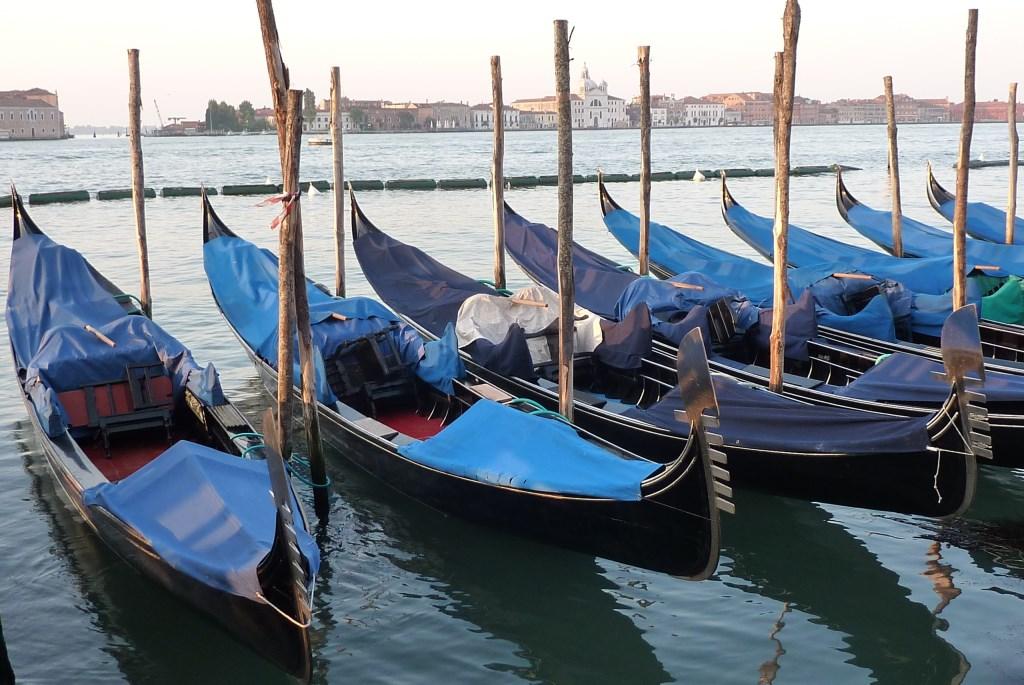 Venedig im Regen   wunderschön! staedtereisen italien europa  tui berlin venedig verdeckte gondeln