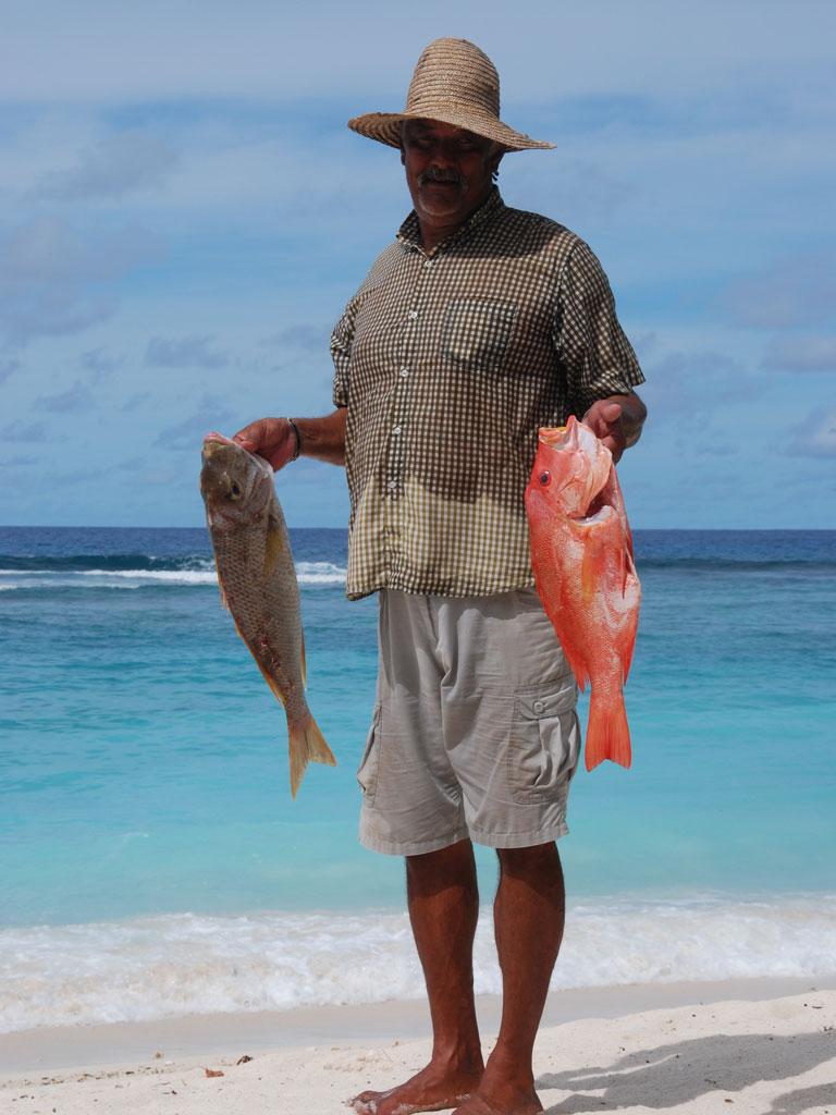 Seychellen. Frégate Island Private strand sonne seychellen reisebericht indischer ozean orient honeymoon 2  C.Diemar Seychellen Frégate Island Mann mit Fischen