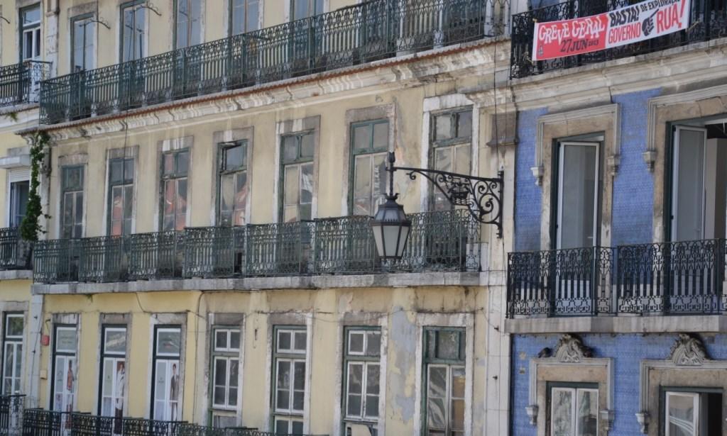 Lissabon   leise rieselt der Putz oder Liebe auf den zweiten Blick. staedtereisen sonne land und leute portugal europa  tui berlin lissabon altes hauswand