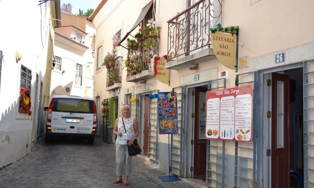 Lissabon   leise rieselt der Putz oder Liebe auf den zweiten Blick. staedtereisen sonne land und leute portugal europa  tui berlin lissabon altstadt alfama