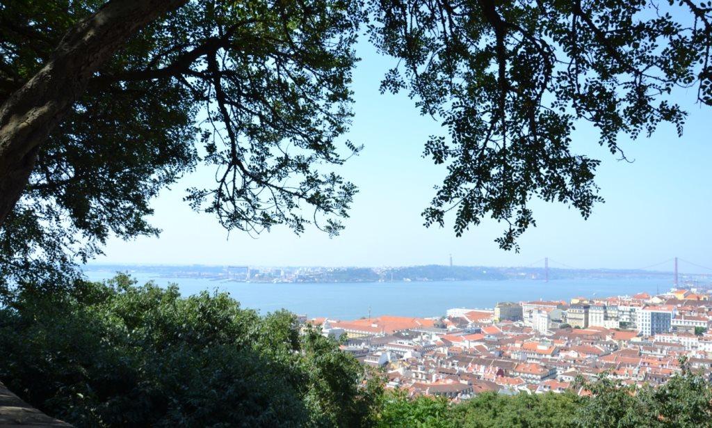 Lissabon   leise rieselt der Putz oder Liebe auf den zweiten Blick. staedtereisen sonne land und leute portugal europa  tui berlin lissabon ausblick altstadt