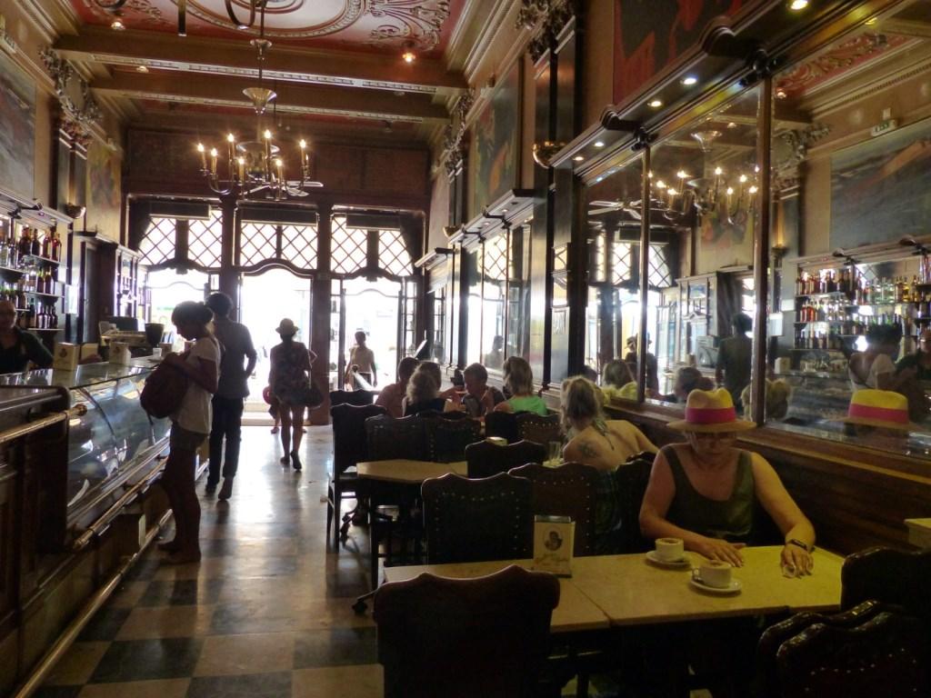 Lissabon   leise rieselt der Putz oder Liebe auf den zweiten Blick. staedtereisen sonne land und leute portugal europa  tui berlin lissabon cafe nicola cafe brasilia