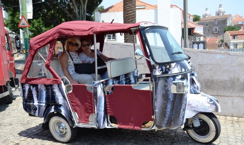 Lissabon   leise rieselt der Putz oder Liebe auf den zweiten Blick. staedtereisen sonne land und leute portugal europa  tui berlin lissabon taxi stadtrundfahrt