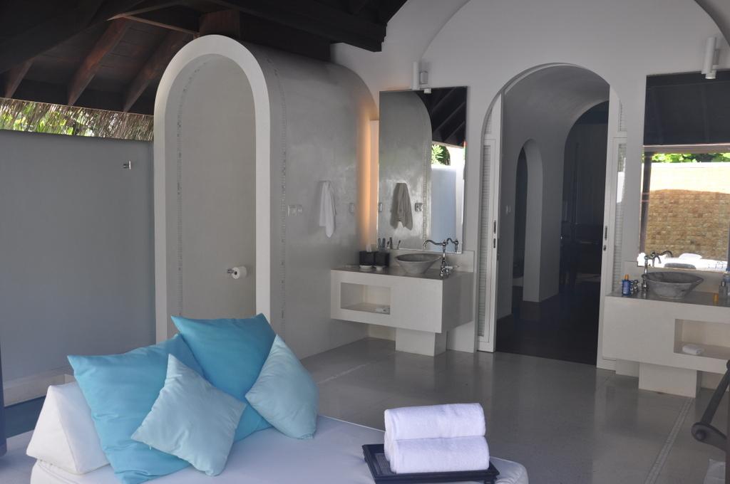Malediven   wie finde ich meine Insel? Gefunden: Anantara Kihavah Maldives Villen strand sonne reisebericht malediven indischer ozean orient honeymoon 2  tui berlin Anantara Kihavah Beach Villa Badezimmer