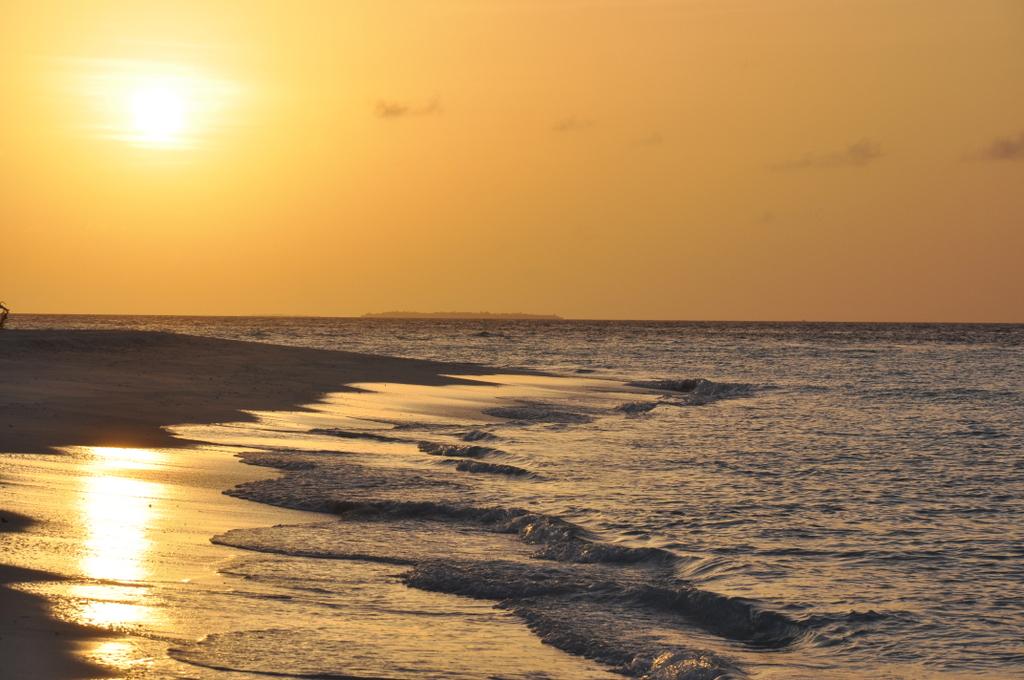 Malediven   wie finde ich meine Insel? Gefunden: Anantara Kihavah Maldives Villen strand sonne reisebericht malediven indischer ozean orient honeymoon 2  tui berlin Anantara Kihavah Sonnenuntergang
