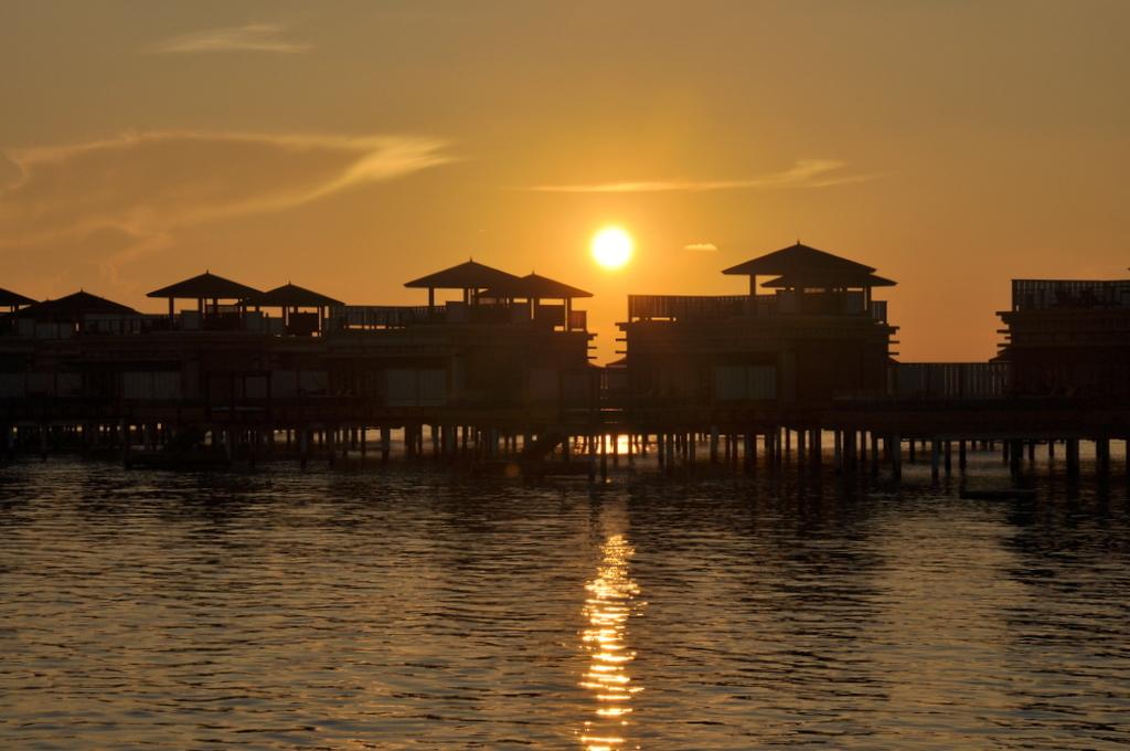Malediven. Bring mich auf die Palme. Banyan Tree und Angsana. strand sonne malediven indischer ozean orient honeymoon 2  tui berlin Malediven Sonnenuntergang InOcean Villen