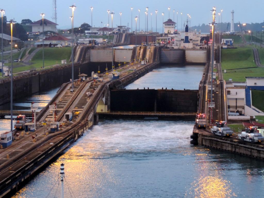 Durch den Panamakanal von Fort Lauderdale nach San Diego. usa sonne kreuzfahrt karibik mittelamerika  tui berlin panamakanal schleuse 1