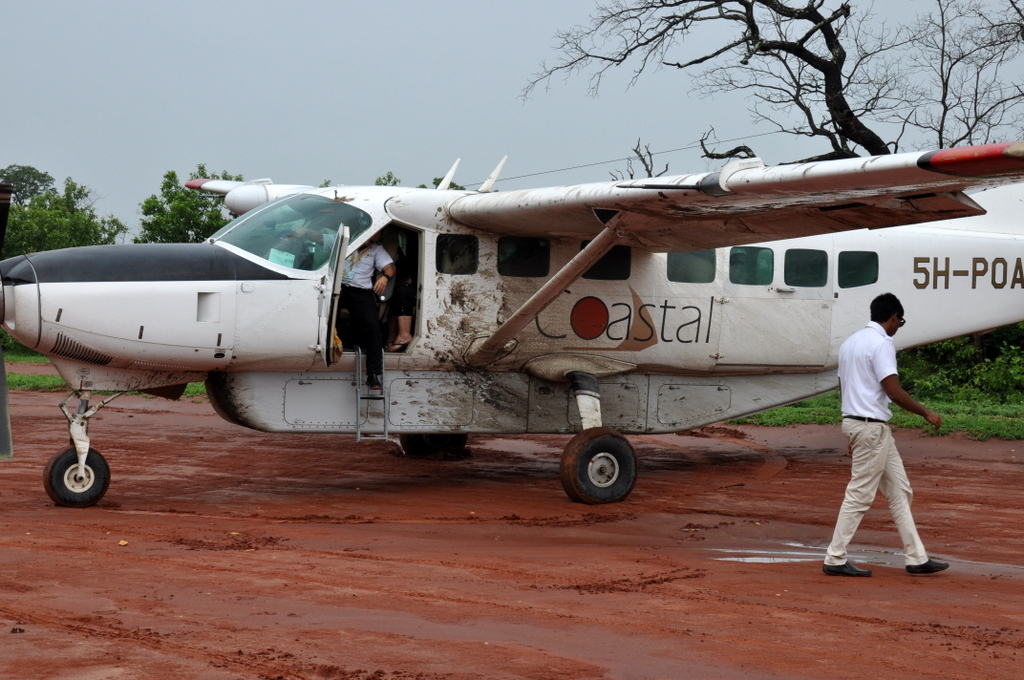 Hunderttausend Gnus und wir. Begegnungen in Tansania. tansania safari afrika  tui berlin Tansania Flugzeug Selous
