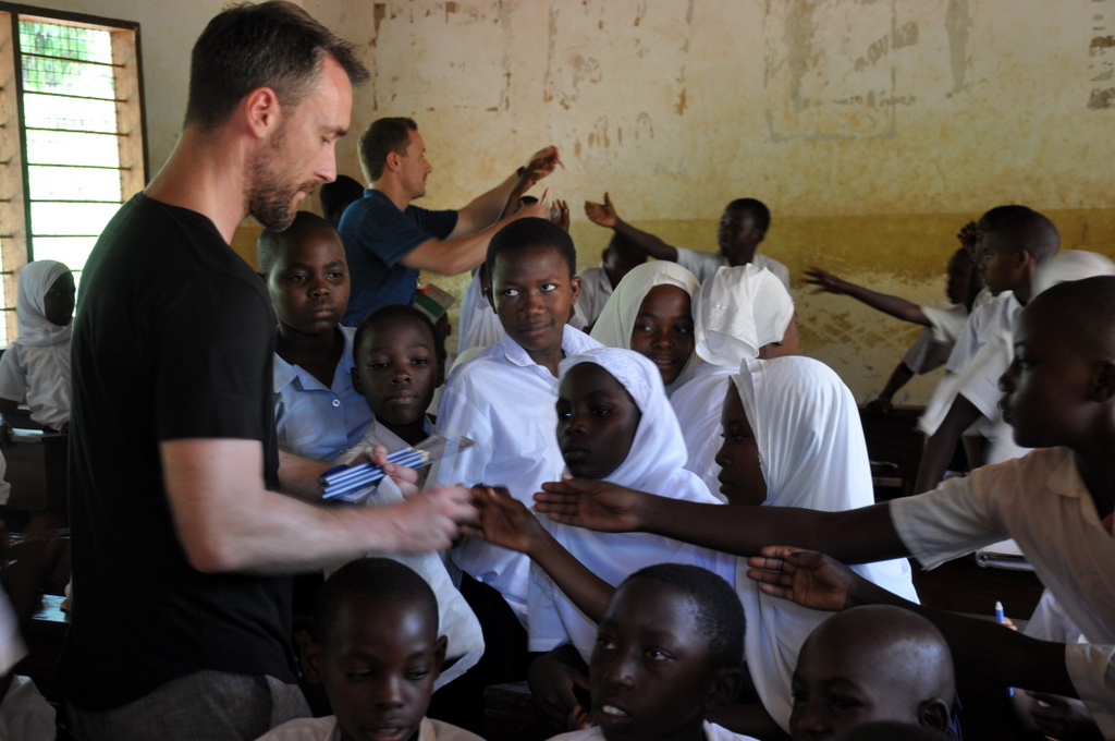Hunderttausend Gnus und wir. Begegnungen in Tansania. tansania safari afrika  tui berlin Tansania Ras Kutani Besuch Schule