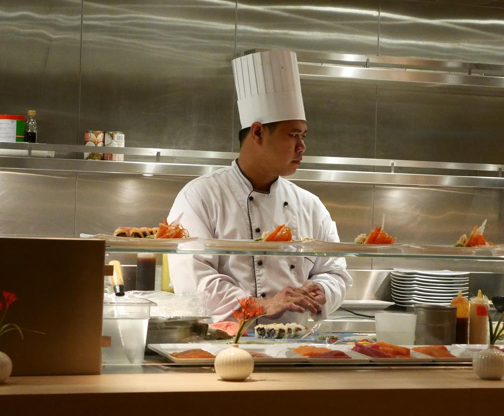 Mit den Genusshandwerkern der Europa 2 durch Asien kreuzfahrt asien  MSE2 Sushi chef