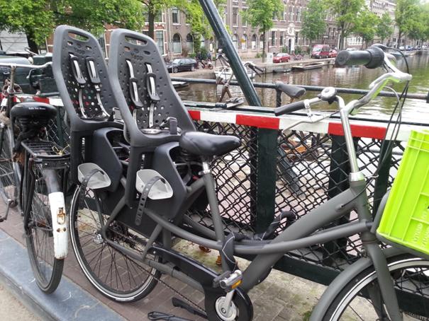 I amsterdam. staedtereisen niederlande europa  tui berlin amsterdam fahrrad doppel kindersitz 1