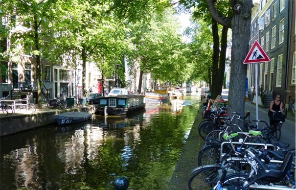 I amsterdam. staedtereisen niederlande europa  tui berlin amsterdam fluss hausboot idylle 1