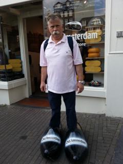 I amsterdam. staedtereisen niederlande europa  tui berlin amsterdam kaeseladen grosse schuhe 1