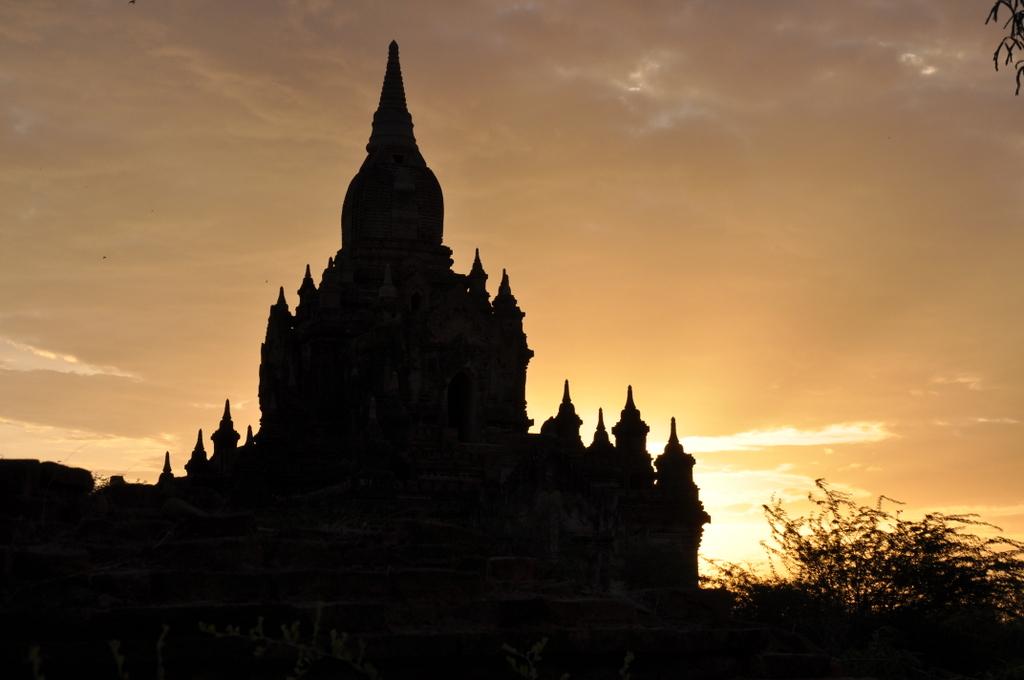Myanmar. Von goldenen Pagoden und Einbein Fischern. sonne land und leute myanmar asien  tui berlin Myanmar Bagan Licht Tempel 1