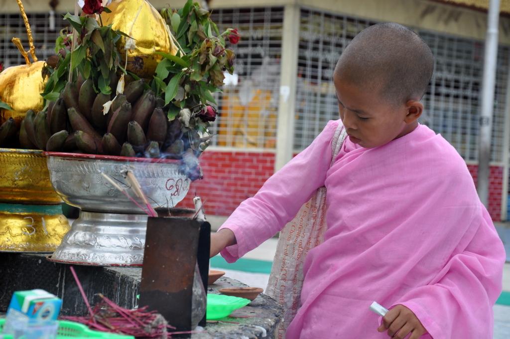 Myanmar. Von goldenen Pagoden und Einbein Fischern. sonne land und leute myanmar asien  tui berlin Myanmar Begegnungen Tempel Opfergabe 1
