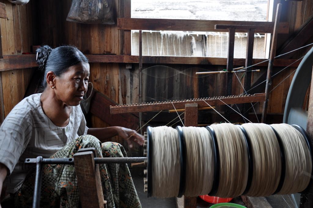 Myanmar. Von goldenen Pagoden und Einbein Fischern. sonne land und leute myanmar asien  tui berlin Myanmar Handwerk Inle See 1
