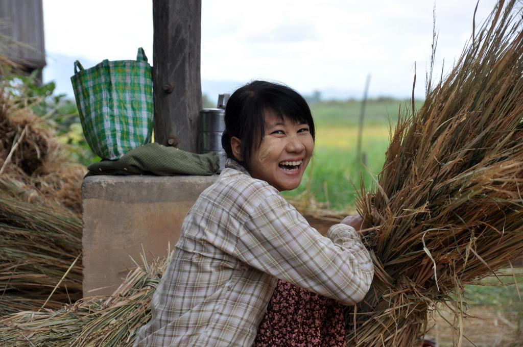 Myanmar. Von goldenen Pagoden und Einbein Fischern. sonne land und leute myanmar asien  tui berlin Myanmar Inle See Begegnungen Arbeiterin 1