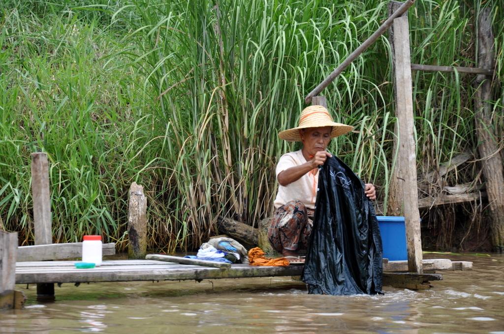 Myanmar. Von goldenen Pagoden und Einbein Fischern. sonne land und leute myanmar asien  tui berlin Myanmar Inle See Bootsfrau 1