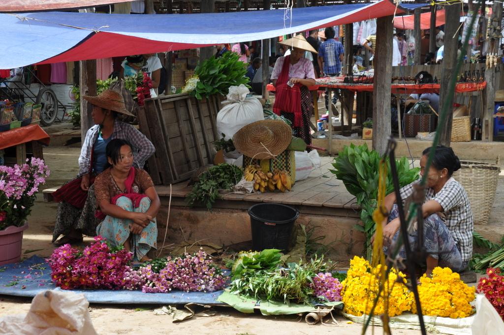Myanmar. Von goldenen Pagoden und Einbein Fischern. sonne land und leute myanmar asien  tui berlin Myanmar Inle See Markt 1