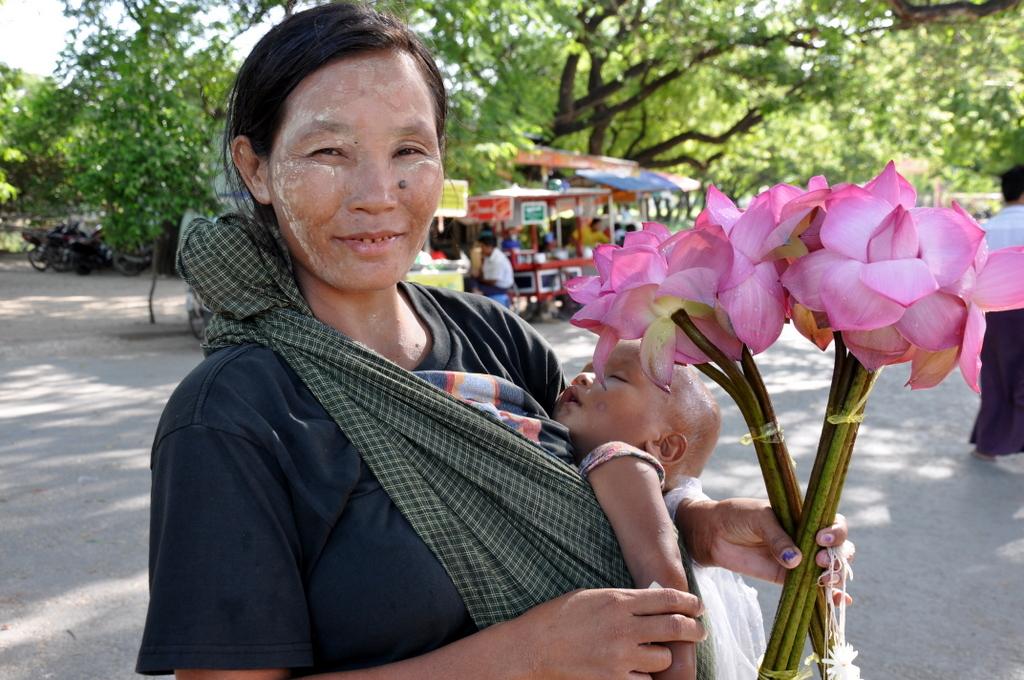 Myanmar. Von goldenen Pagoden und Einbein Fischern. sonne land und leute myanmar asien  tui berlin Myanmar Opfergaben Verkaeuferin 1