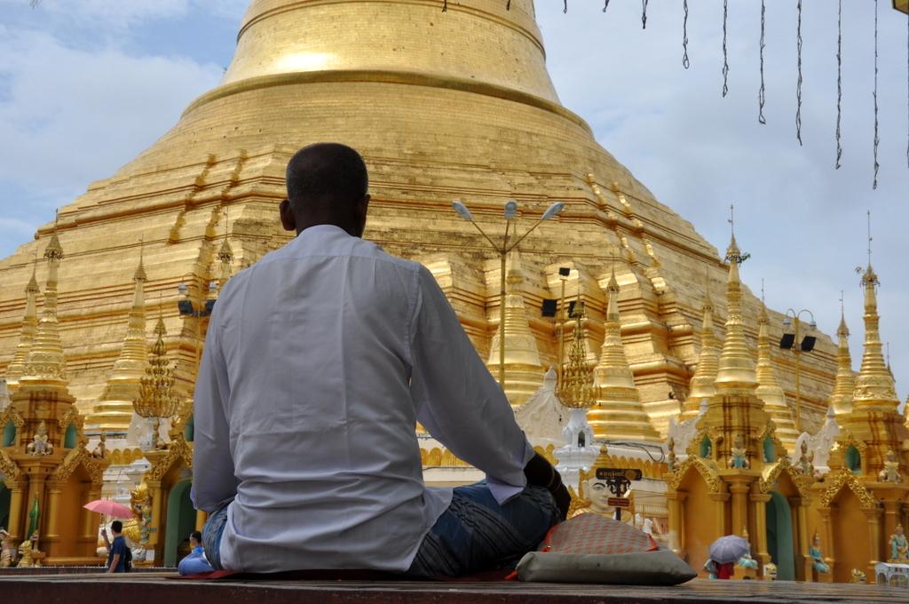 Myanmar. Von goldenen Pagoden und Einbein Fischern. sonne land und leute myanmar asien  tui berlin Myanmar Shwedagon Pagode Besucher 1