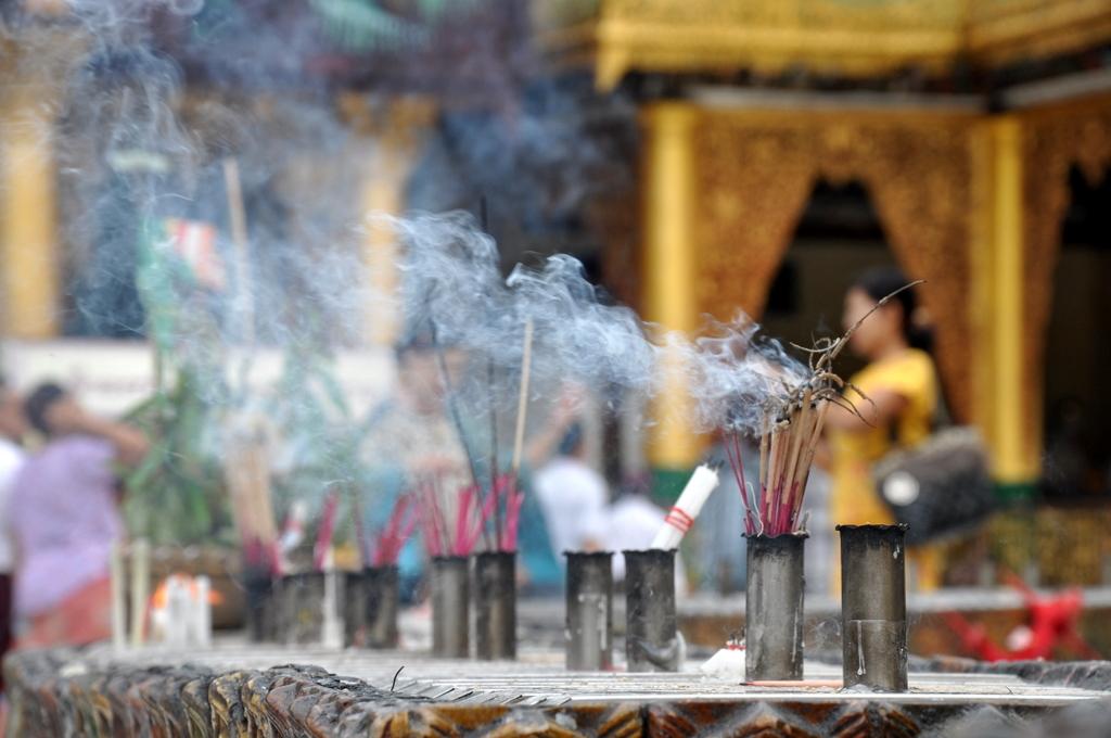 Myanmar. Von goldenen Pagoden und Einbein Fischern. sonne land und leute myanmar asien  tui berlin Myanmar Shwedagon Pagode Raeucherstaebchen 1