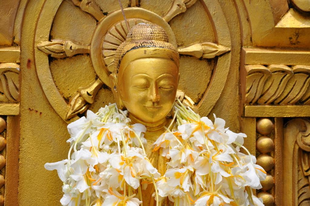 Myanmar. Von goldenen Pagoden und Einbein Fischern. sonne land und leute myanmar asien  tui berlin Myanmar Tempel Blumen 1