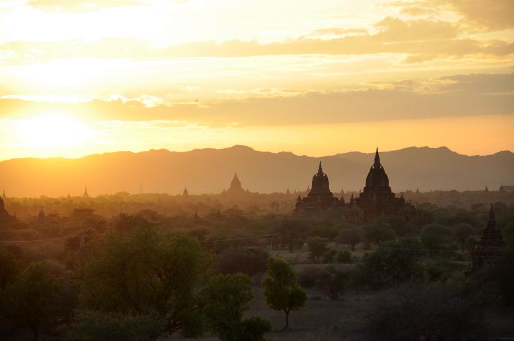 Myanmar. Von goldenen Pagoden und Einbein Fischern. sonne land und leute myanmar asien  tui berlin Myanmar Tempel Sonnenuntergang 1