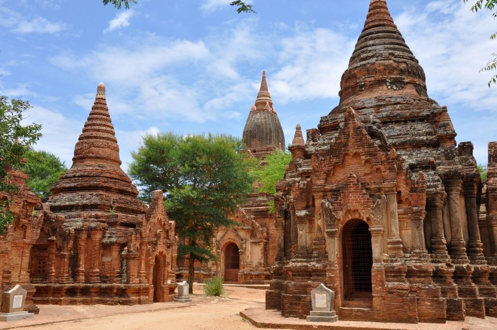 Myanmar. Von goldenen Pagoden und Einbein Fischern. sonne land und leute myanmar asien  tui berlin Myanmar Tempelfeld 1