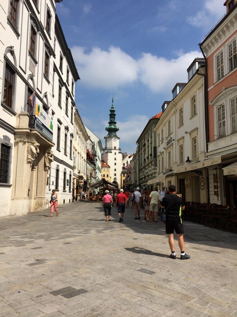 Wien und Bratislava   eine Städtekombination mit Aussicht staedtereisen oesterreich europa  tui berlin bratislava gasse 1