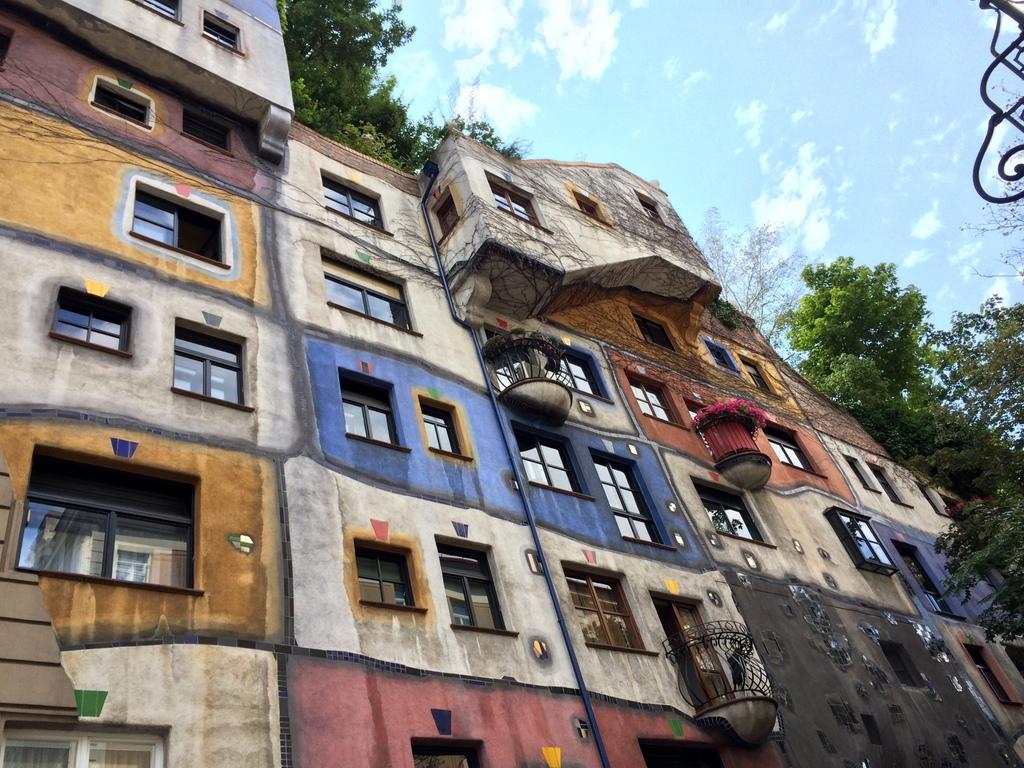 Wien und Bratislava   eine Städtekombination mit Aussicht staedtereisen oesterreich europa  tui berlin wien hundertwasserhaus 1