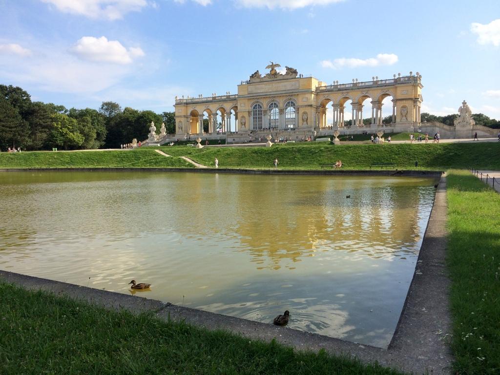 Wien und Bratislava   eine Städtekombination mit Aussicht staedtereisen oesterreich europa  tui berlin wien schoenbrunn gloriette 1