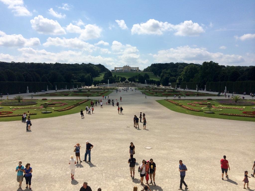 Wien und Bratislava   eine Städtekombination mit Aussicht staedtereisen oesterreich europa  tui berlin wien schoenbrunn park gloriette 1