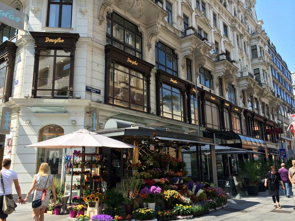 Wien und Bratislava   eine Städtekombination mit Aussicht staedtereisen oesterreich europa  tui berlin wien strassen laeden stephansplatz 1