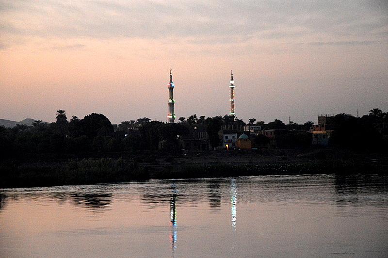 Neulich am Nil staedtereisen sonne land und leute kreuzfahrt aegypten afrika  tui berlin Aegypten Nilufer moscheen