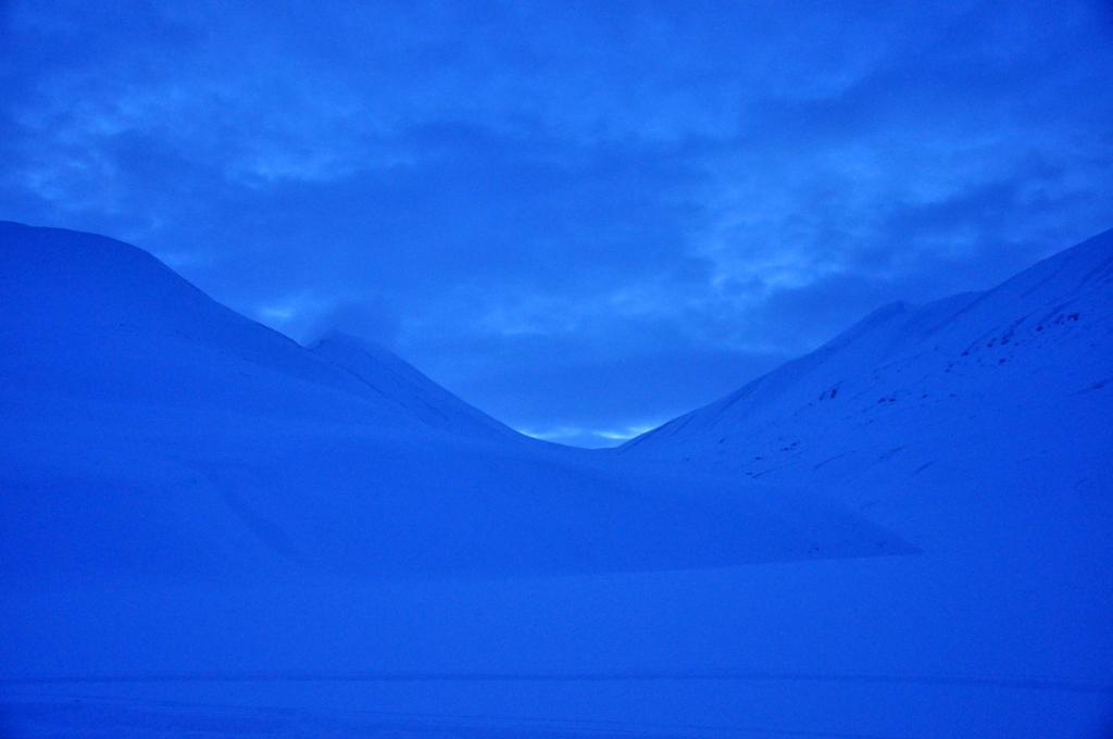 Svalbard   78° 13′ N, 15° 38′ O   Mein Abenteuer nördlich des Polarkreises. schnee land und leute norwegen europa  tui berlin Svalbard Landschaft