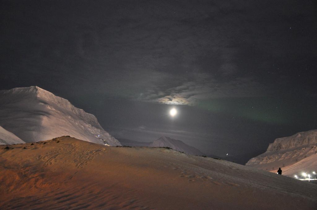 Svalbard   78° 13′ N, 15° 38′ O   Mein Abenteuer nördlich des Polarkreises. schnee land und leute norwegen europa  tui berlin Svalbard Mond
