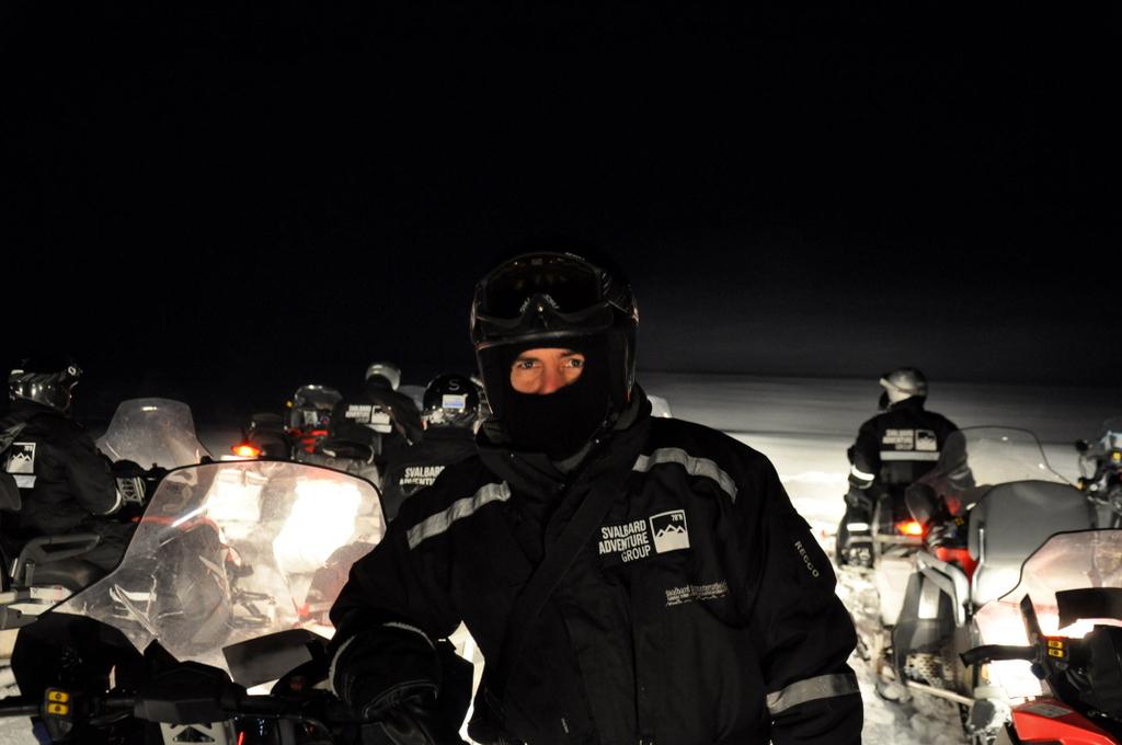 Svalbard   78° 13′ N, 15° 38′ O   Mein Abenteuer nördlich des Polarkreises. schnee land und leute norwegen europa  tui berlin Svalbard Motorschlitten